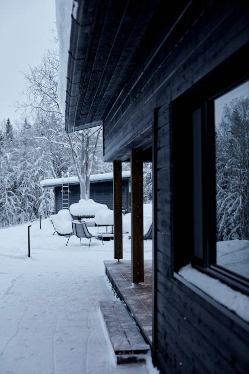 Sommarköket och utemöblerna skymtar under ett tjockt lager snö.