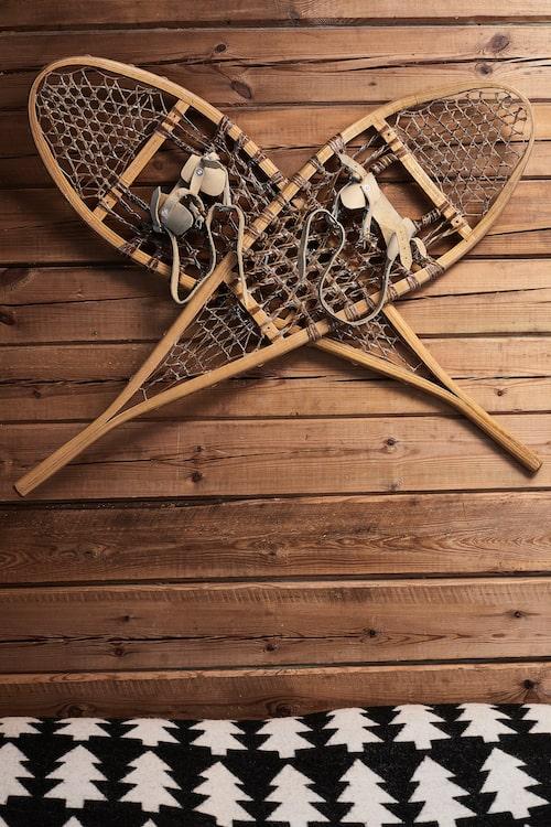 En del har korsade svärd på väggen, men i Anttis snöomgärdade stuga kändes det mer passande med ett par traditionella snöskor.