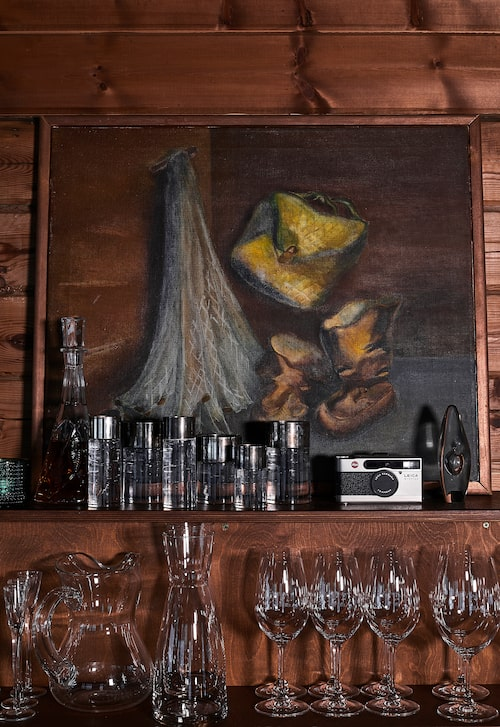 På restaurangmanér är hushållets glas öppet förvarade för enkel åtkomlighet.