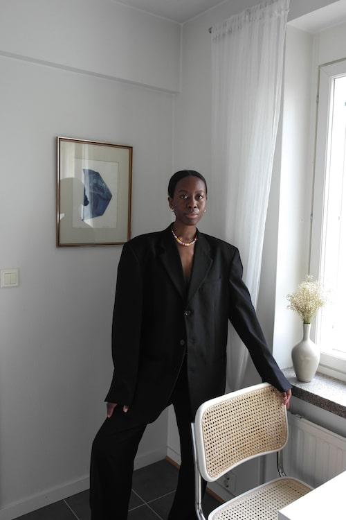"""Vintage-kostym, halsband från Roxanne Assoulin."""