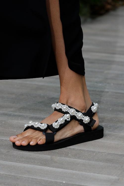 Pärlor på sandalerna hos Jason Wu SS21.