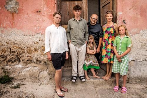 Marie Olsson Nylander med hela familjen utanför sitt rosa palats i Husdrömmar Sicilien.