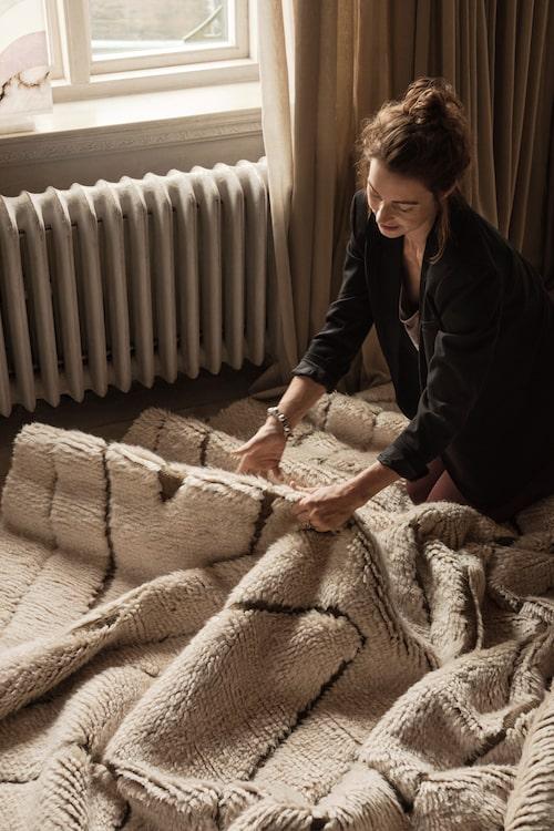 Marie Olsson Nylander med en av mattorna hon designat för Ellos Home. Mer info och köp här (klicka på bilden för länk till Ellos).