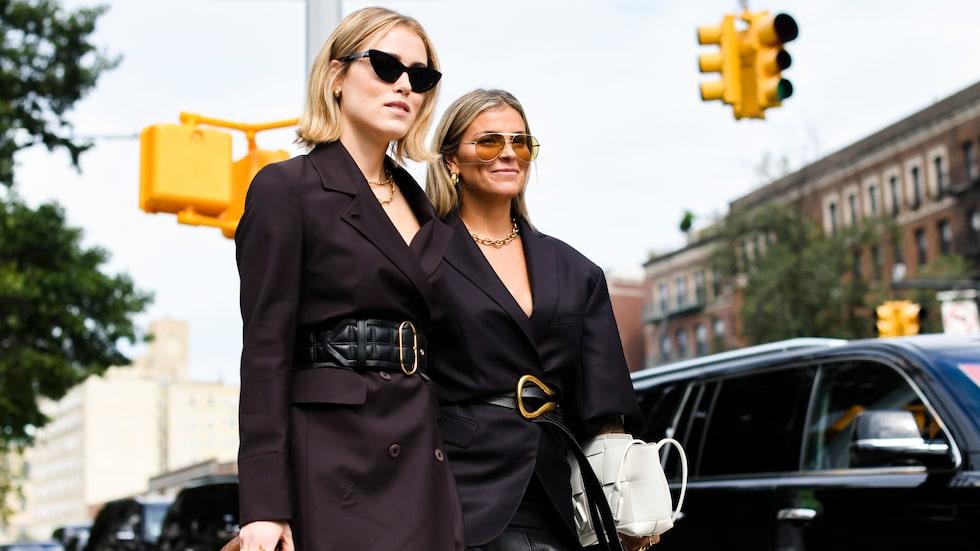 Annabel i rock från Envelope 1976, skärp från Acne Studios och väska från Bottega Veneta. Janka har på sig kavaj från Acne Studios, Balenciaga-kjol, bälte och väska från Bottega Veneta samt solglasögon från Gucci.