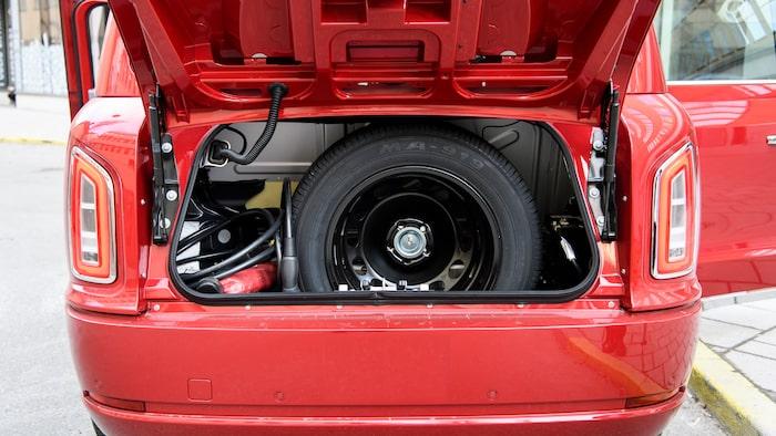 Bakom bagageluckan ska det inte lastas bagage. Här förvaras reservhjul och laddkabel.