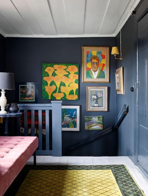 De stora tavlorna som föreställer kantareller och vännen Mauro Scocco har Plura målat. Den gulsvarta mattan är ett loppisfynd. Schäslongen i rosa kommer från Jotex.
