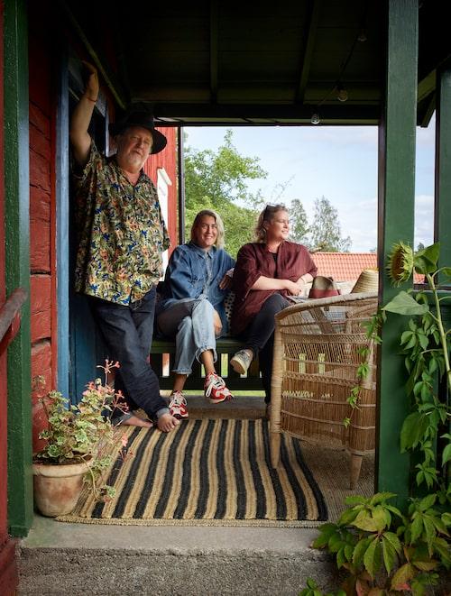 Plura, hans dotter Lisa och Maria på den grönmålade verandan.