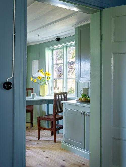 Från salen går man in i det trivsamma lantköket, målat i lindblomsgrönt.