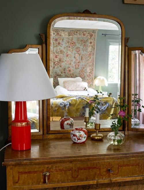 Byrån med spegeln var en av de fina möbler som fanns i huset när Maria och Plura köpte det.