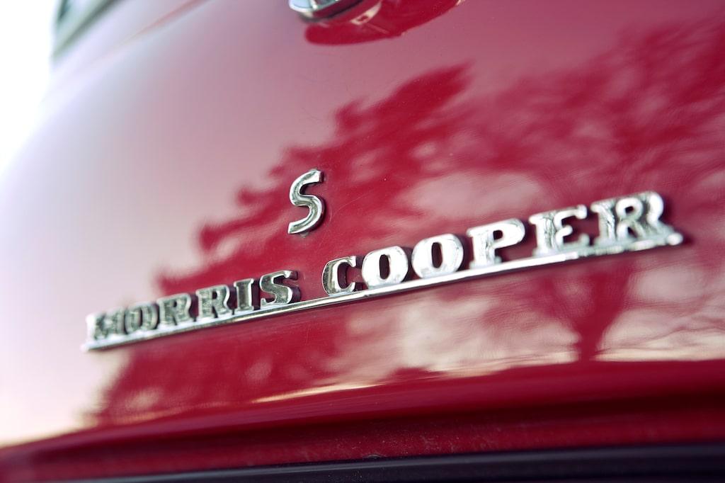 Just detta fina röda exemplar är en Morris Cooper S men det kunde lika gärna stå Austin på bakluckan. Samma bilar dock.