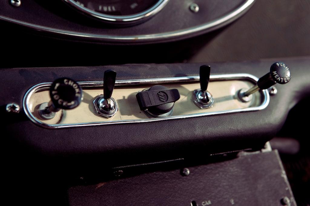 Vippkontakter och dragknappar. Ett arv som kraftigt lyser igenom i dagens moderna Mini-bilar.