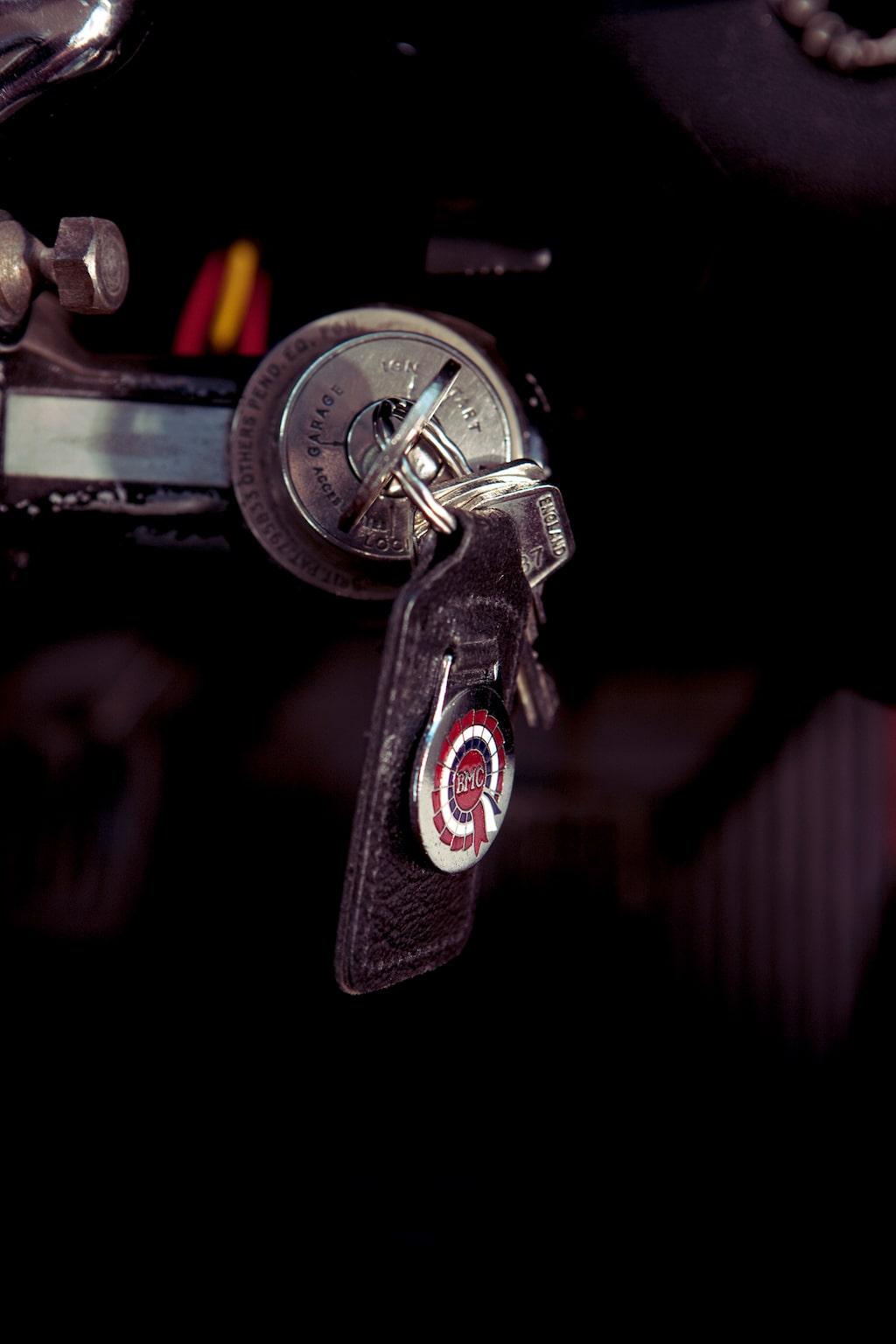 Tändningslåset sitter väldigt obekvämt långt ner. Nyckeln har självklart original läderflärp.