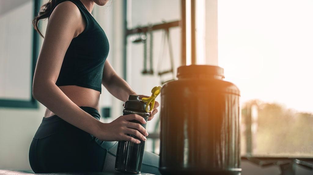 Hur mycket protein som du behöver beror på din kroppsvikt. En vuxen bör få i sig 0,8 gram protein per kilo och dag, enligt WHO