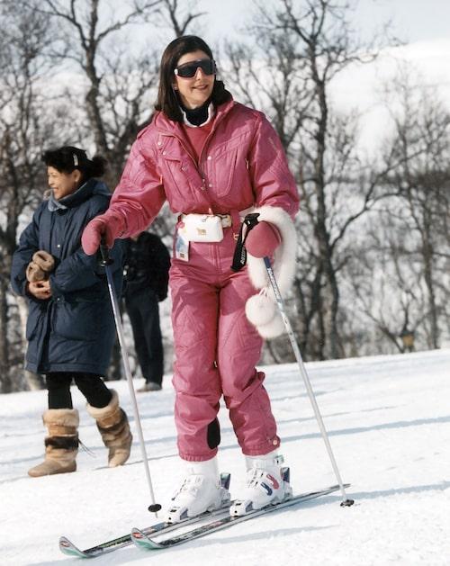 Drottning Silvia klädd i rosa skiddress i skidbacken med utförsåkningsskidor under kungafamiljens skidsemester i Storlien 6:e april 1993.