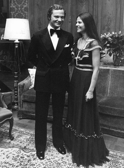 Carl XVI och Silvia tillkännager sin förlovning.