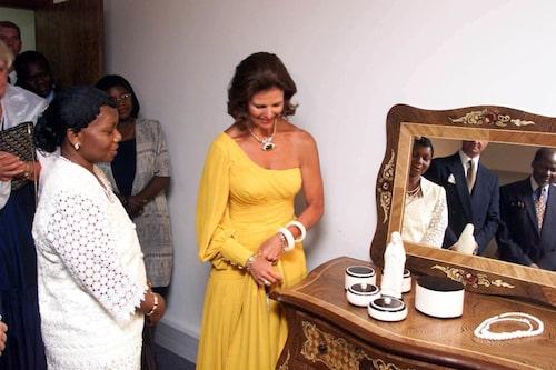 Tillsammans med presidenthustrun Marcelina Chissano under ett statsbesök i Mocambique 1998.