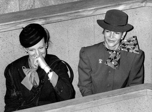 Danmarks drottning Margrethe II  tillsammans med drottning Silvia  teatern i Stockholm 1985.
