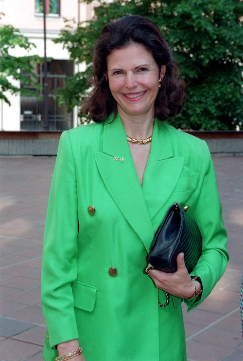Silvia anländer till Madeleines skola och håller terminslut inför sommaren 1995.