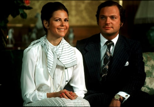Kung Carl XVI Gustaf förlovar sig med Silvia Sommerlath. Det förlovade paret poserar i soffan.