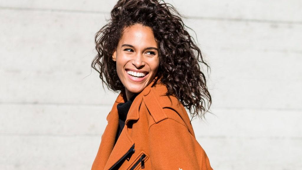 Lär dig att vårda krulligt och lockigt hår –läs Damernas Världs guide.