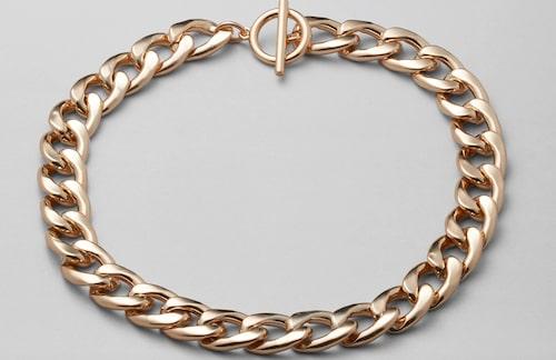 Halsband av guld-pläterat stål från Weekday. Klicka på bilden och kom direkt till halsbandet.
