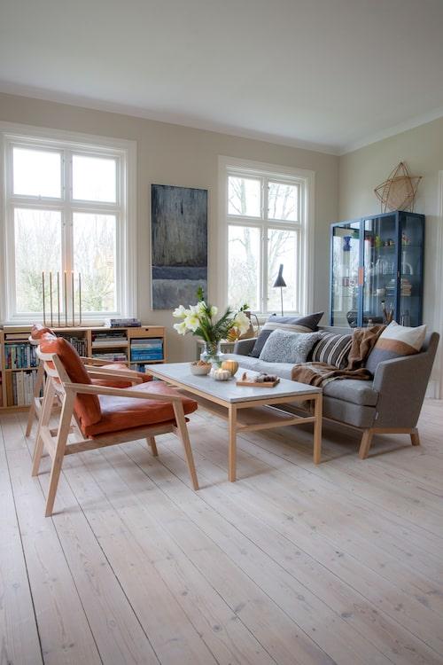 I vardagsrummet finns inte mycket som inte springer ur Kristians skaparkraft, han har ritat samtliga möbler och även målat tavlan på väggen. Det blå skåpet är döpt till Övide efter gården