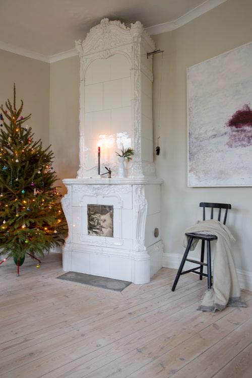 Den vackra kakelugnen är ett smycke i sig i vardagsrummet där ett av nöjena så här års är ett stilla parti luffarschack.