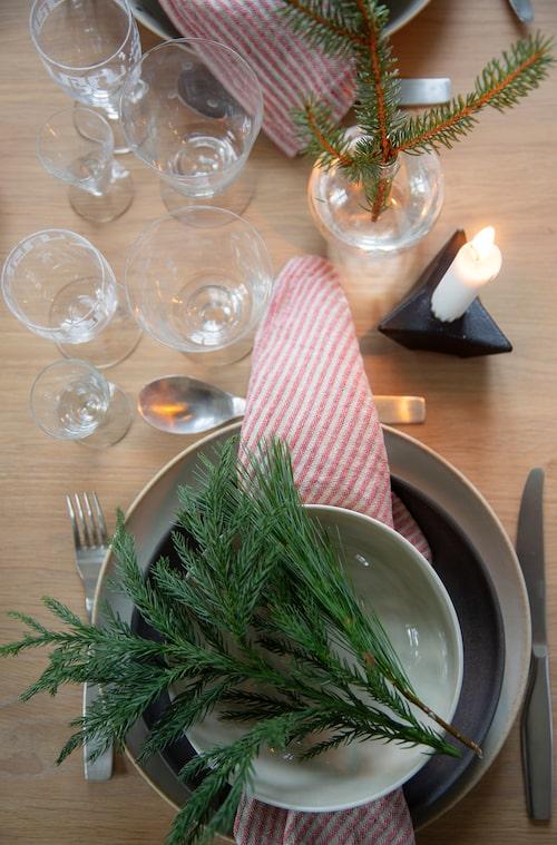 Julbordet dukas med keramik från Paradisverkstan c/o Lantliv. Ärvda glas och servetter från Växbo Lin kompletterar fint.