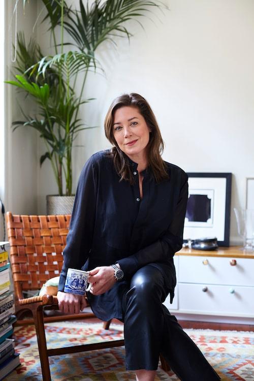 """Skådespelerskan Jennie Silfverhjelm älskar sitt hem. """"Det kan vara rörigt och stökigt i lägenheten med manus och böcker i travar. Men det är aldrig skitigt. Och köket är jag väldigt noga med, här är jag pedant."""""""