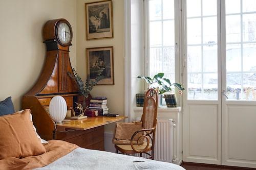 I Jennies sovrum står en sekretär i björk som är arvegods från Jennies farmor. Sängkammarbilderna har hon fått av sin granne.