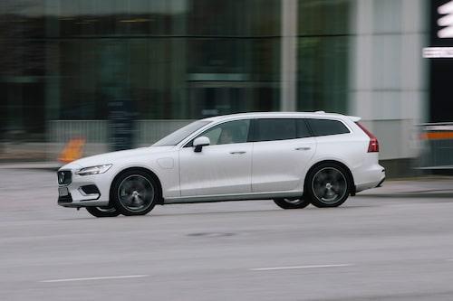 Sveriges mest sålda bil, Volvo V60, blir som laddhybrid 9 500 kronor dyrare i april, tappar 10 000 kronor i förmånsrabatt efter årsskiftet och får högre förmånsskatt i juli. Räkna med att det kommer att påverka bilmarknaden.