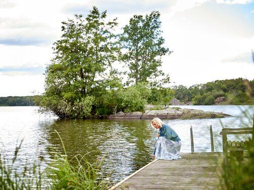 På vintrarna åks det skridskor på den islagda sjön, medan det fiskas kräftor om sensomrarna.