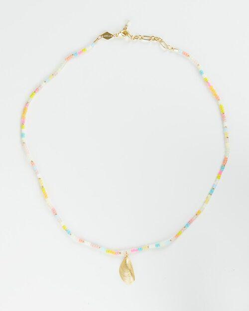 Halsband med färgade pärlor.