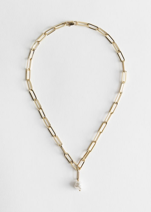 Halsband med pärla från & Other Stories. Klicka på bilden och kom direkt till halsbandet.