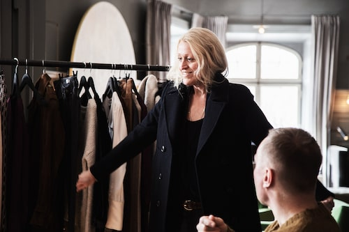 Charlotte Simonsbacka, designer hos Hunkydory i märkets showroom.