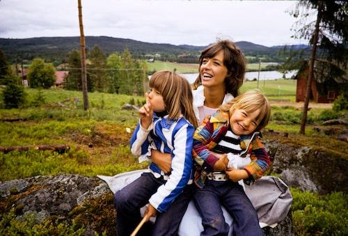 Kristin med mamma Barbro och storasyster Malin, i Järvsö 1973.