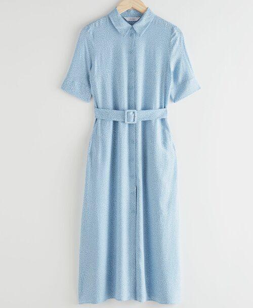 Ljusblå skjortklänning från & Other Stories. Klicka på bilden och kom direkt till klänningen.