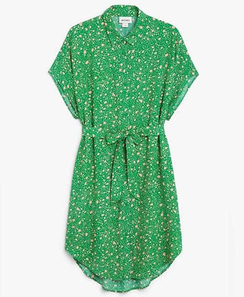 Somrig skjortklänning i grönt mönster från Monki. Klicka på bilden och kom direkt till klänningen.