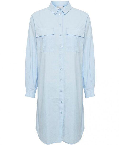 Skjortklänning i enkel oversize-modell från Gestuz. Klicka på bilden och kom direkt till klänningen.
