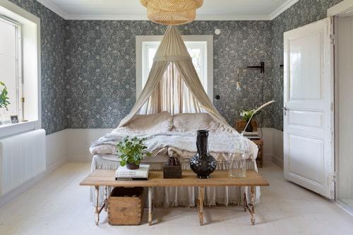 I sovrummet har Molly tapetserat med Sense of silence från Boråstapeter. Bordet vid fotändan har hon byggt av ett sofflock och ben från några gamla stolar.
