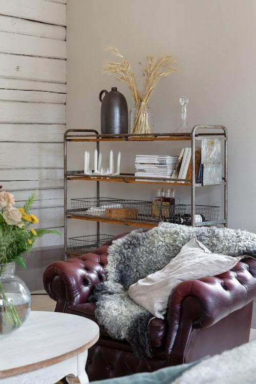 En gammal industrivagn från Docksta Sko används som hylla i vardagsrummet med korgar från Lagerhaus. Det vackra handstöpta kronljuset är gjort av en vän till Mollys farmor.