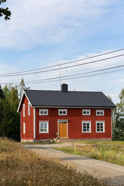 Det gamla röda huset från 1800-talet visade sig vara i otroligt fint skick utan sättningar, tack vare att det är byggt på ett berg.