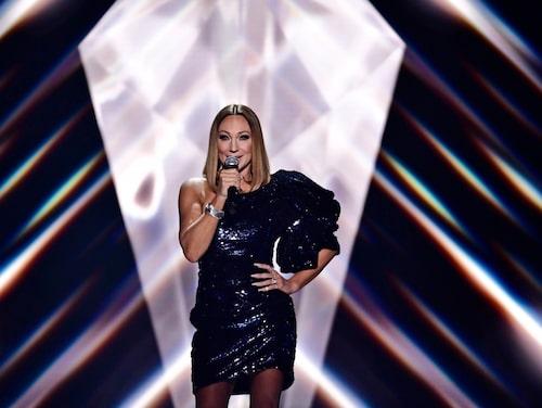 """Charlotte Perrelli sjunger låten """"Still Young"""" under Melodifestivalen 2021. Hår och makeup av Mattias Stafsing."""