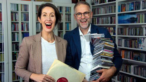 """Tillsammans med Johan Korssell leder Clara Törnvall  Sveriges Radio P2:s podd """"Mästerverken""""."""