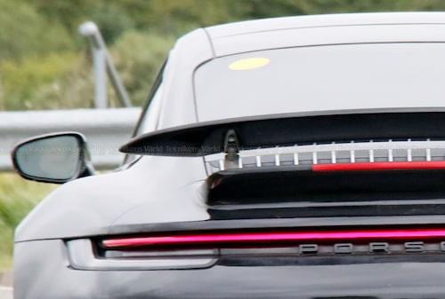 En liten klisterlapp avslöjar att det är en elektrifierad Porsche 911 som rullar runt och på Nürburgring.