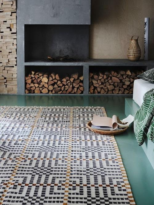 Mattan Vamdrup är en hyllning till skandinaviskt hantverk, är designad av Maria Vinka och bygger på det traditionella vävmönstret Munkabälte.