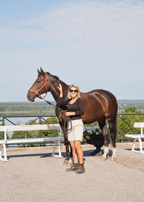 Hästar och ridning var ett stort fritidsintresse under Karins uppväxt. Båda föräldrarna red och under några år tävlade Karin i hoppning.