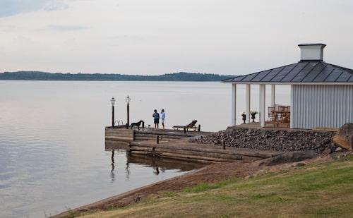 Bastuhuset vid sjön, som Willy lät bygga, är en ljuvlig plats att vistas vid oavsett om det är dag eller kväll. Willy var en hängiven bastubadare vilket har gått i arv till dottern Karin.