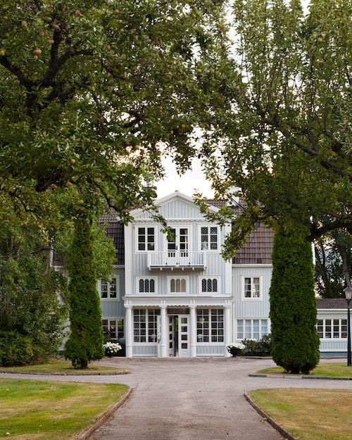 På 1800-talet var Wennebjörke Gård en timrad bondstuga i rött. Dagens eleganta byggnad är resultatet av att ägaren Ragnar Winqvist lät bygga ut originalhuset.
