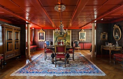 Matsalens imiterade gyllenläderstapeter är från 1930-talet, liksom parkettgolvet. Takets röda färg är dock ett verk av Ann-Charlotte och Willy.